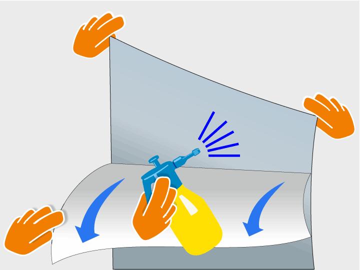 Eine Person hält nun die Gebäudeglasfolie fest, während die andere Person die Trägerfolie nach unten abzieht und zeitgleich die Klebefläche der Gebäudeglasfolie mit der vorbereiteten Montageflüssigkeit besprüht. Verwende die Flüssigkeit großzügig.