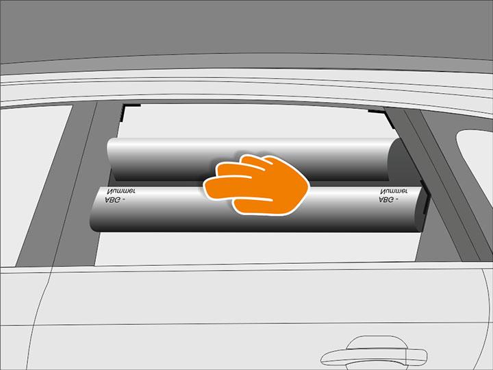 Schlage die obere und untere Kante der Folie vorsichtig zur Mitte hin um und halte die Kanten fest.