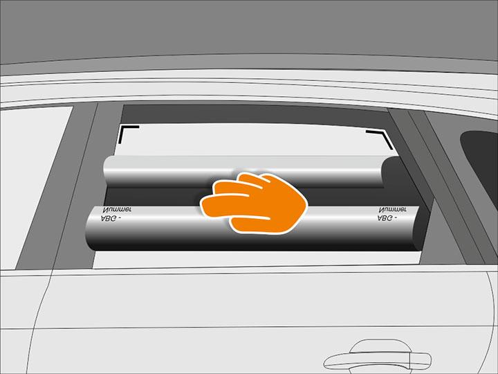 Lass die Scheibe so weit herunter, dass die obere Scheibenkante ca. 5 cm Abstand zum Türrahmen hat. Achte darauf, dass sich die Folie dabei nicht verschiebt.