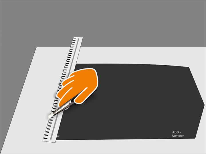 Nimm die Folie vom Glas und begradige die seitlichen Schnittkanten ggf. mit dem Cutter an einem Schneidelineal. Sorge außerdem für abgerundete Übergänge an allen Folienkanten. Prüfe den endgültigen Zuschnitt nochmals an der Scheibe.
