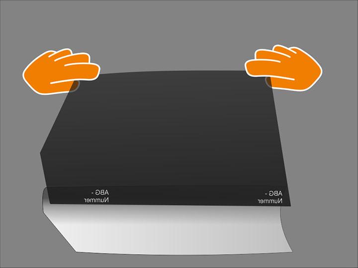 Nimm Folie zwischen Daumen und Zeigefinger an den äußersten oberen Seiten und achte dabei auf straffes Halten der Folie, um keine Knicke zu erzeugen. Versuche dabei, mit dem Zeigerfinger nur wenige Millimeter in die Folienfläche zu fassen.