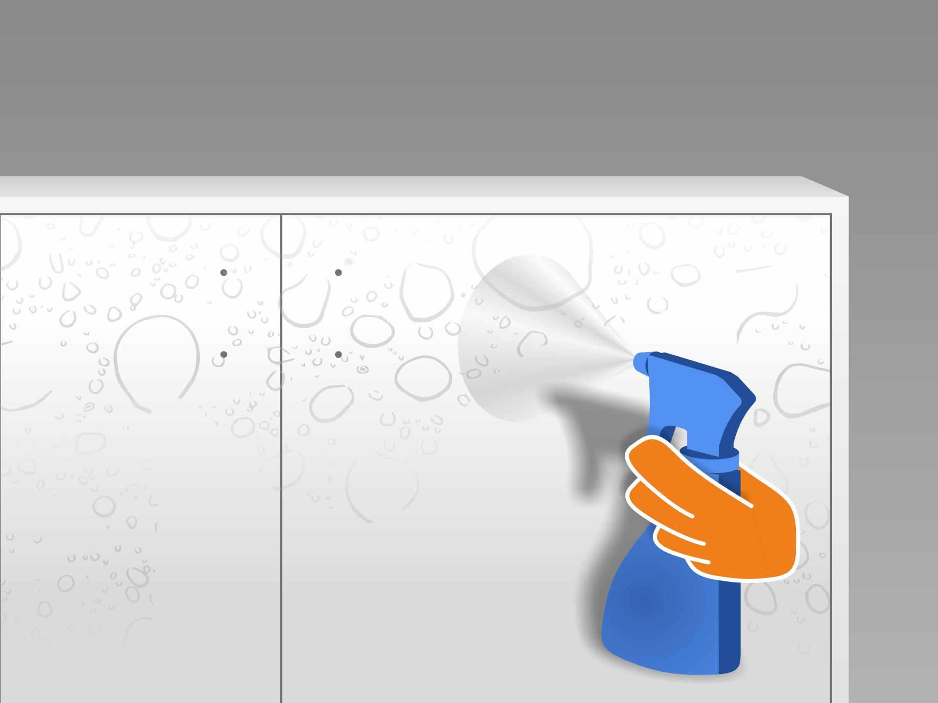 Jetzt die Möbelfläche mit dem Wasser-Spülmittel-Gemisch gleichmäßig besprühen. Dann das Trägerpapier vorsichtig von der Folie lösen und auch die Klebeseite besprühen. Montiert Ihr zu zweit? Dann kann Person 1 die Folie in der Luft halten, während Person 2 das Trägerpapier abzieht und die Klebeseite besprüht.