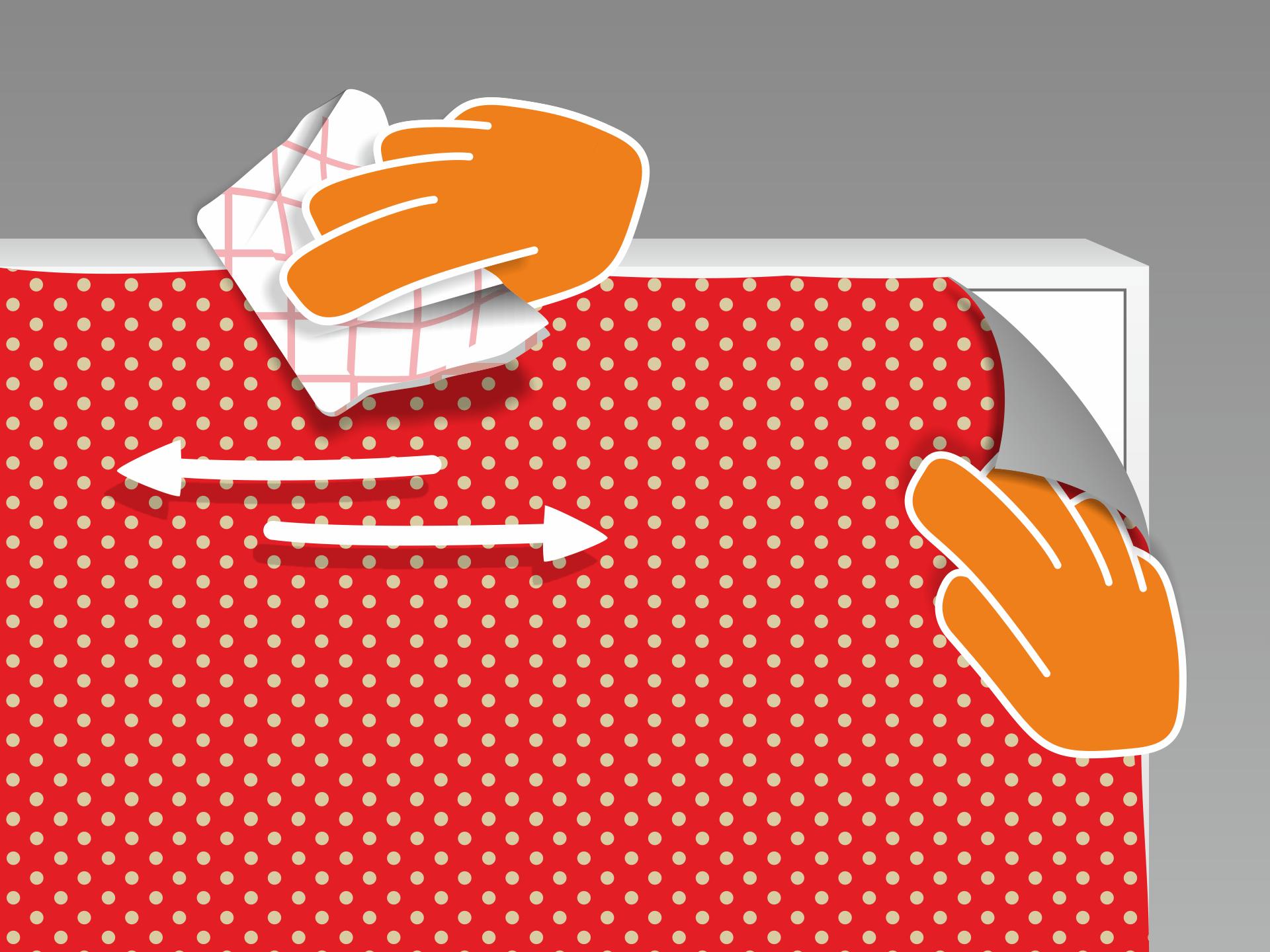 """Jetzt die Folie aufbringen. Die Folie """"schwimmt"""" vorerst auf der Oberfläche und kann positioniert werden. Danach den Rakel mit einem Tuch bespannen (vermeidet Kratzer) und das Wasser von der Mitte zum Rand hin ausstreichen. Zunächst mit mäßigem Druck, danach mit festerem Druck wiederholen."""