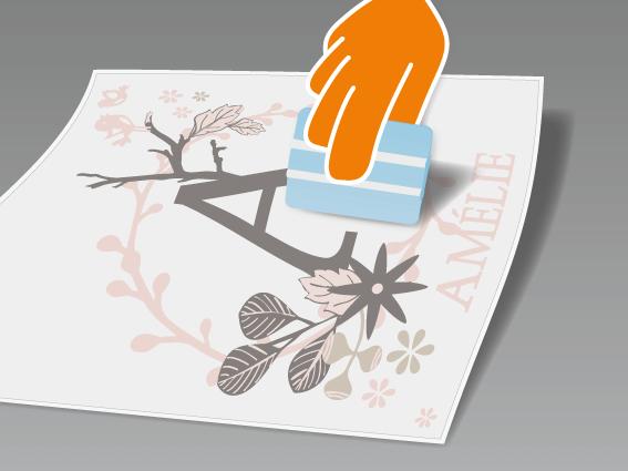 Dein selbstgestaltetes Wandtattoo flach auf einem glattem Untergrund ausrollen und mit Rakel (oder Scheckkarte) fest über Vor- und Rückseite streichen.