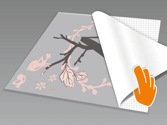 Wandtattoo abnehmen und mit dem Motiv nach unten auf einen glatten Untergrund legen. Nun das rückseitige Trägerpapier in flachem Winkel vorsichtig komplett abziehen.