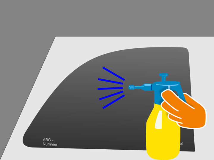 Besprühe die Klebeschicht der Folie ganzflächig mit ausreichend Montageflüssigkeit. Es sollte keine trockene Stelle mehr auf der Folienfläche geben. Besprühe anschließend auch die Innenseite der Scheibe mit Montageflüssigkeit.