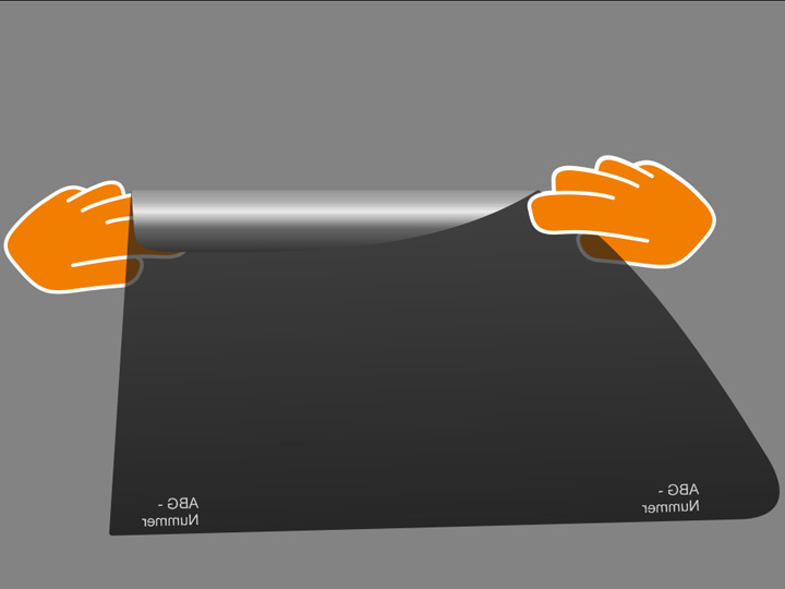 Nimm Folie zwischen Daumen und Zeigefinger an den äußersten Seiten im oberen Drittel und halte die Folie dann so, dass sich oben ca. 5 cm der Folie über den Daumen zu Dir hin schlagen. Achte dabei auf straffes Halten der Folie, um keine Knicke zu erzeugen.