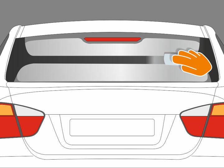 """Ziehe mit dem feuchten Papiertuch links und rechts direkt neben dem Rand der zu tönenden Scheibenfläche jeweils einen vertikalen Streifen. Anschließend ziehst Du mittig durch die Scheibenfläche einen horizontalen Streifen, so, dass die Form eines """"H"""" entsteht und die Scheibe an diesem H-Streifen gut angefeuchtet ist. Es sollte jedoch keine Flüssigkeit in die anderen Bereiche laufen, die gepuderten Stellen innerhalb des """"H"""" müssen trocken bleiben! Runde die 4 Ecken im """"H"""" gut ab."""