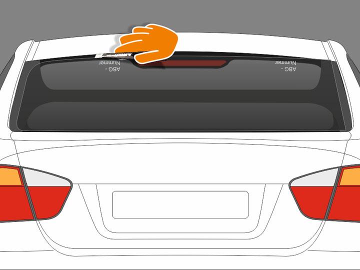 """Schneide nun mit dem """"Profi-Cutter aus Metall"""" in flachem Winkel die Folie nochmals grob zu, so dass die Folienkante oben und unten ca. 1-2 cm über der zu tönenden, durchsichtigen Scheibenfläche liegt. An den Seiten sollte die Folie ca. 3-4 cm über dem durchsichtigen Rand (auf den beiden vertikal gezogenen """"H""""-Streifen) liegen. Hinweis: An der Halterung des Heckscheibenwischers ggf. knapper schneiden, damit die Folie Abstand zu diesem hält und nicht geknickt wird. Wenn eine Kante der zu tönenden Scheibenflä"""