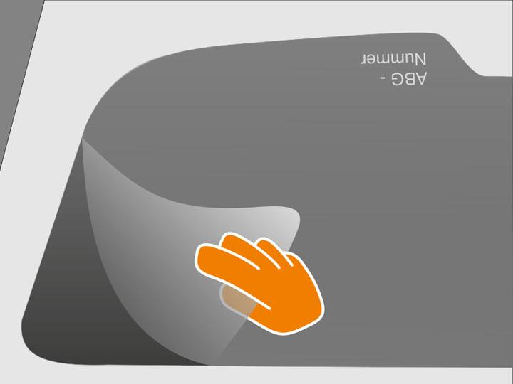 """Entferne nun die Klebeschutzfolie von der Tönungsfolie. Vermeide Fingerkontakt mit der trockenen Klebeschicht, um keine """"Abdrücke"""" zu erzeugen!"""