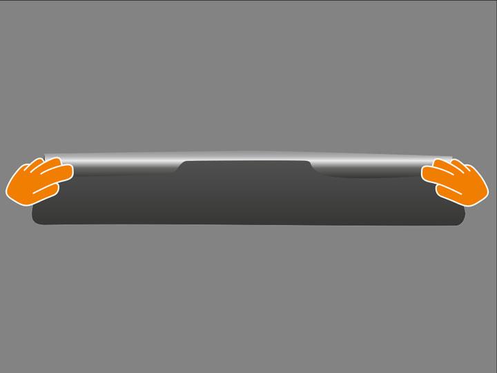 Nimm Folie zwischen Daumen und Zeigefinger an den äußersten Seiten im oberen Drittel und halte die Folie dann so, dass sich oben ca. 5 cm der Folie über den Daumen zu Dir hin schlagen. Achte dabei auf straffes Halten der Folie, um keine Knicke zu erzeugen. Versuche, mit dem Zeigerfinger nur wenige Millimeter in die Folienfläche zu fassen.