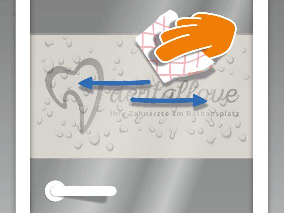 Nun mit dem Rakel arbeiten um die Restfeuchte mit festerem Druck auszustreichen. Wieder von der Mitte zum Rand hin arbeiten. Tipp: Zum Schluss den Rakel mit einem saugfähigen Küchenpapier bespannen. So wird die Flüssigkeit am Rand aufgesaugt und fließt nicht zurück unter die Folie.