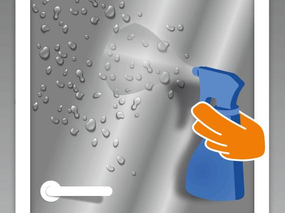 Auch das Glas mit dem Wasser-Spülmittel-Gemisch besprühen. Glas und Klebeseite der Folie müssen gleichmäßig mit dem Gemisch benetzt werden.