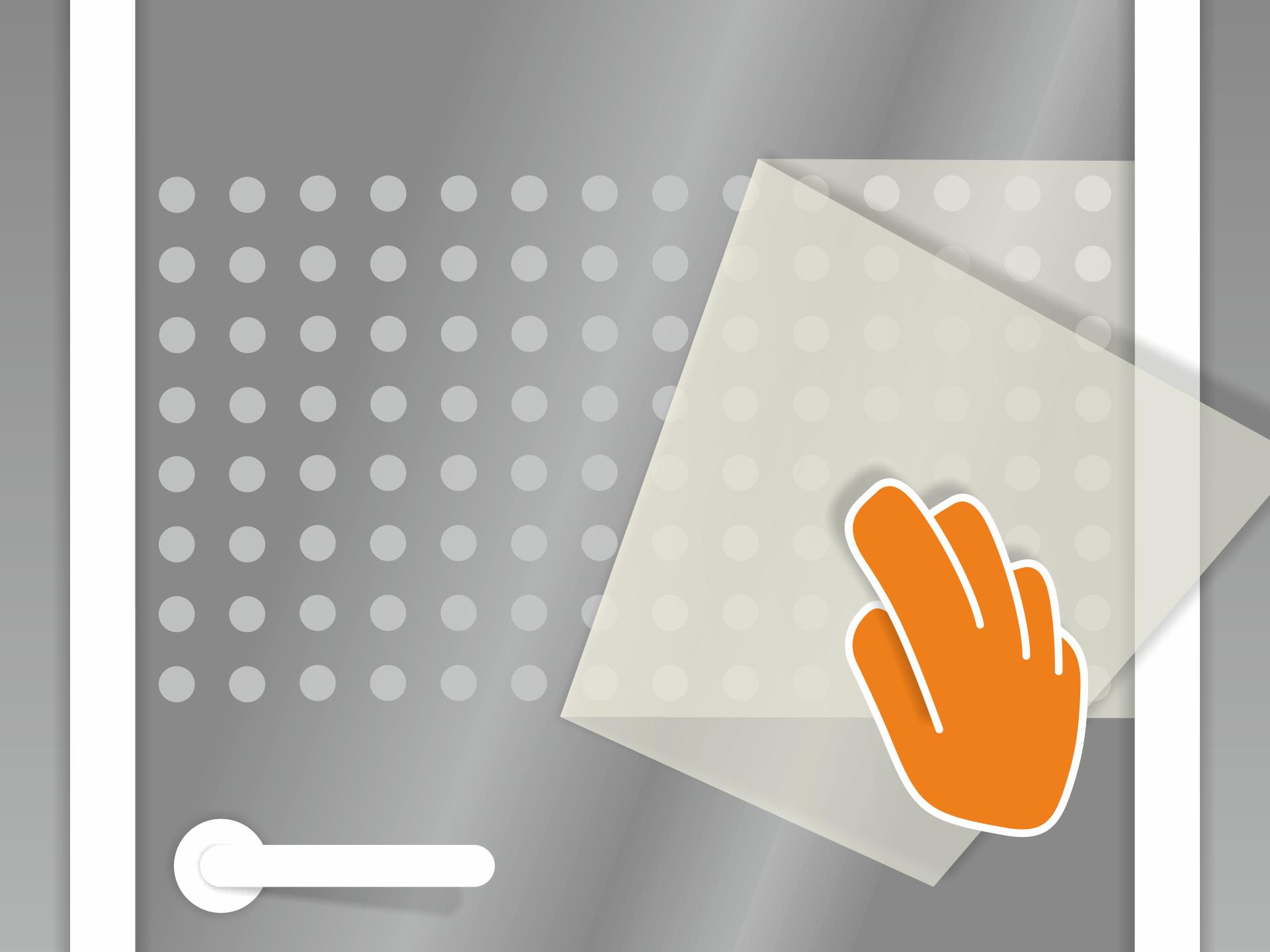 Die Übertagungsfolie sehr vorsichtig und in flachem Winkel abziehen. Sollten sich dabei vereinzelt Teile des Musters mit ablösen, so werden diese vorsichtig zurück auf das Glas gedrückt. Tipp: Später lassen sich Luftbläschen mit einer Nähnadel seitlich anstechen und die Luft mit dem Fingernagel rausschieben.