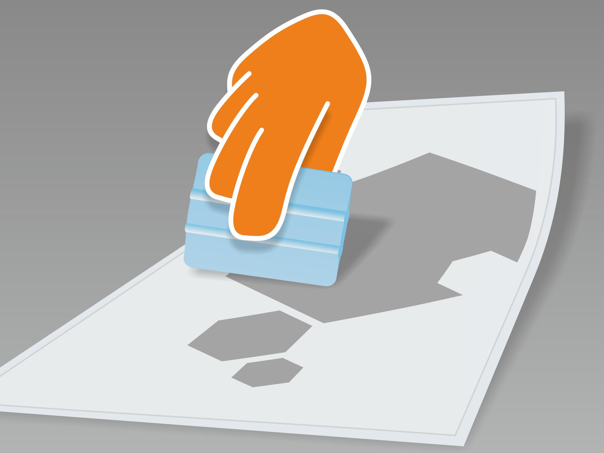 Tafelfolie flach auf glattem Untergrund ausrollen und mit Rakel (oder Scheckkarte) fest über Vor- und Rückseite streichen.