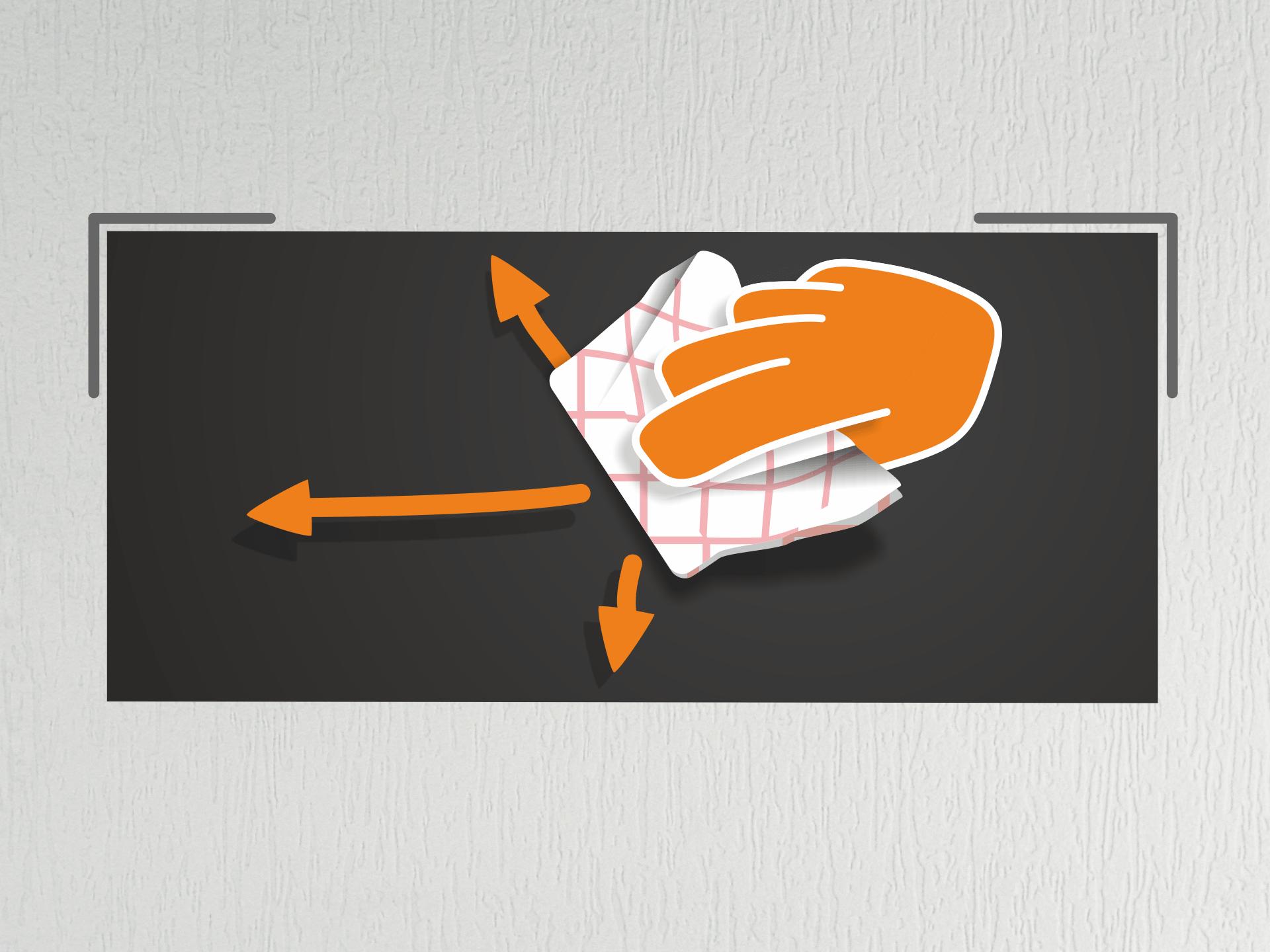 Jetzt die Tafelfolie sehr straff halten und an den Markierungen auf der Wand anlegen. Nun das Geschirrtuch zu einem Ballen formen und die Tafelfolie (von der Mitte aus) mehrfach andrücken. Bei glatten Untergründen kannst Du auch den Rakel zum Andrücken nehmen.