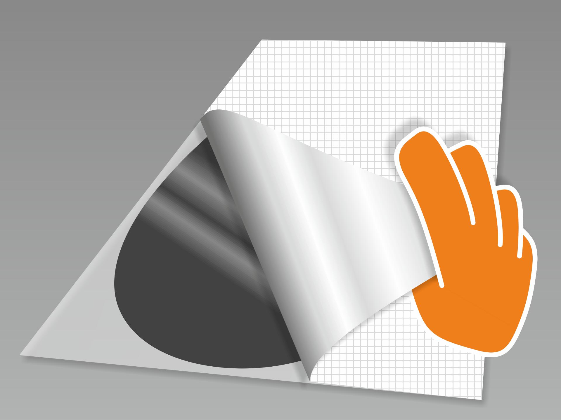 Tafeltattoo abnehmen und mit dem Motiv nach unten auf einen glatten Untergrund legen. Nun das rückseitige Trägerpapier in flachem Winkel vorsichtig komplett abziehen.
