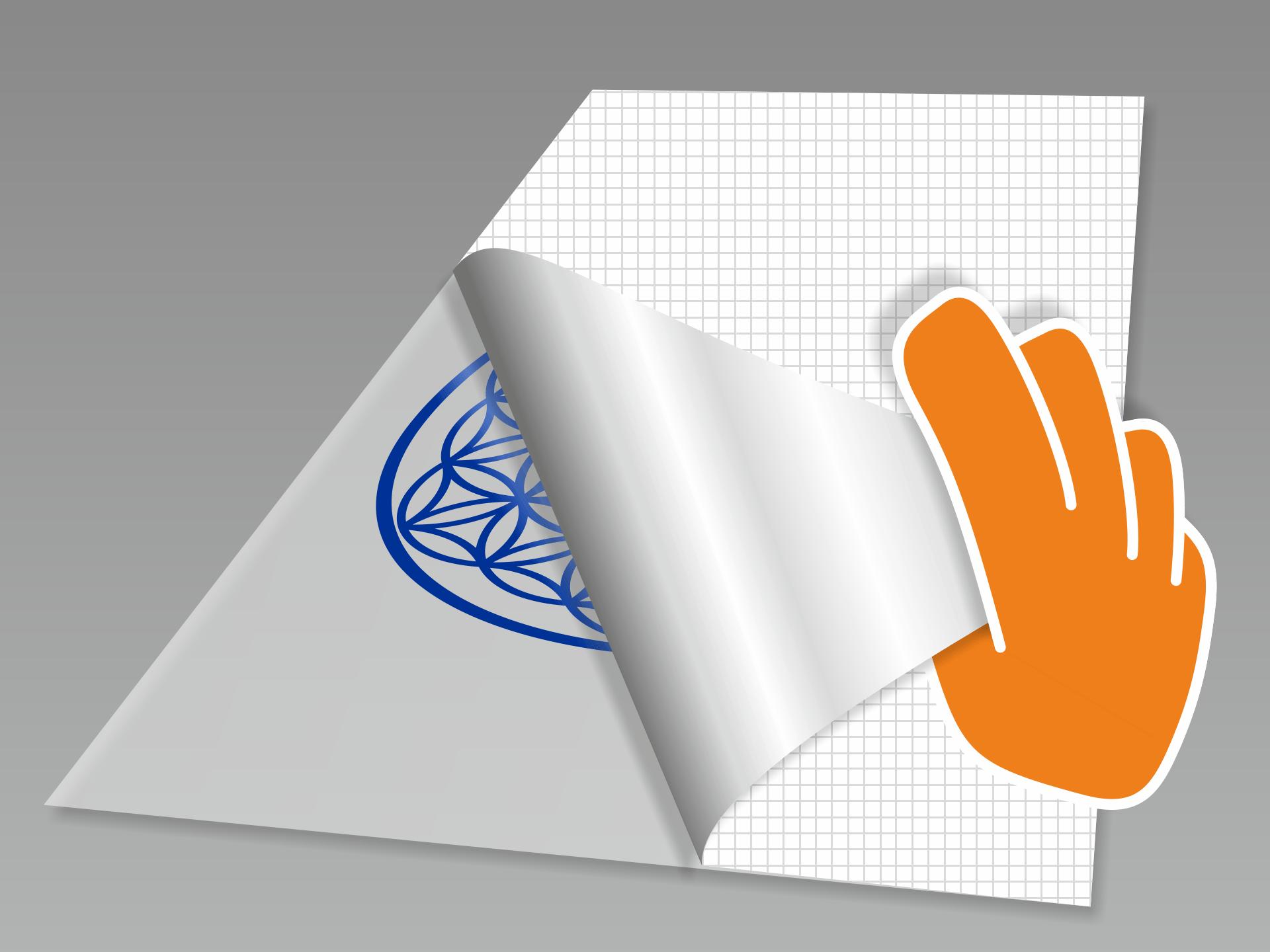 Wanddesign abnehmen und mit dem Motiv nach unten auf einen glatten Untergrund legen. Nun das rückseitige Trägerpapier in flachem Winkel vorsichtig komplett abziehen.