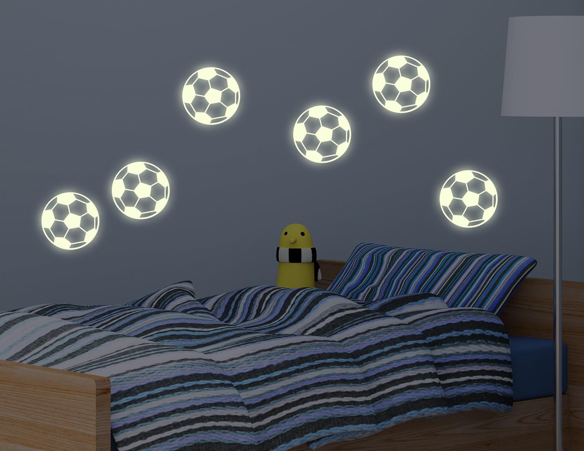 "Das Leuchtsticker-Wandtattoo ""Soccer Balls"" zaubert in Windeseile sechs Fußbälle an die Wand"