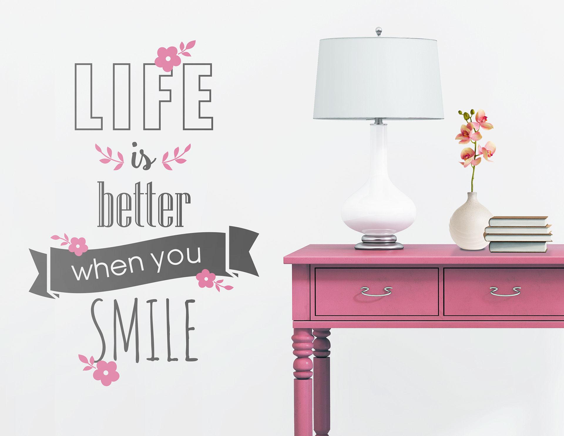 """Das Wandtattoo """"Life is better"""" erinnert ans Lächeln"""