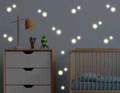 """Das Leuchtsticker-Wandtattoo """"Glow Dots"""" strahlt bei Nacht"""