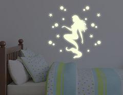 Leuchtsticker-Wandtattoo Mermaid by Night mit süßer Meerjungfrauen samt Sternenhimmel.