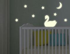 Leuchtsticker-Wandtattoo Swan Night - ein Schwanentanz bei Nacht.