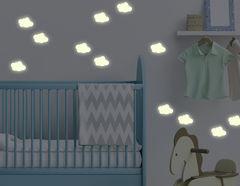 Leuchtsticker-Wandtattoo Cloudy Sky - Wölkchen, die bei Nacht dezent leuchten.